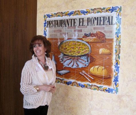 Marichu (Escritora) delante de una imagen de la Paella