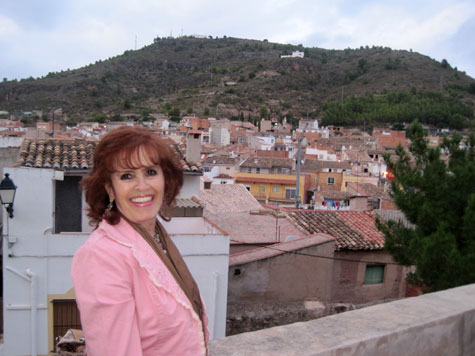 Marichu al pie del castillo y Castellnovo al fondo