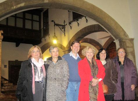 Alejandro Noguera Borel, rodeado de las autoras