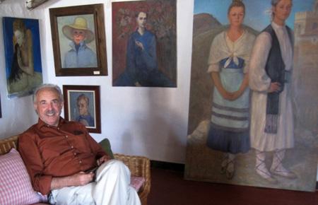 Francisco Ponce - escritor - admira los cuadros de Paquita Sabrafén