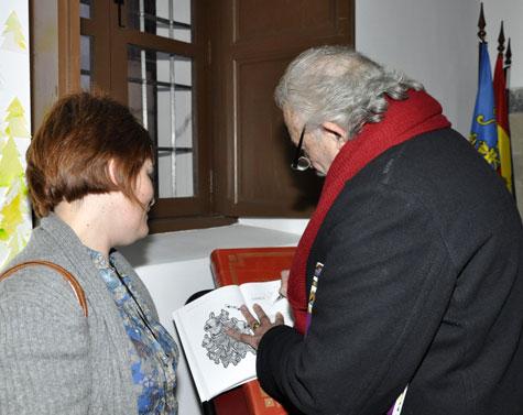 El escritor Francisco Ponce, firmando