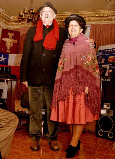 Francisco Ponce y una amiga vestida con el traje típico de Bolivia