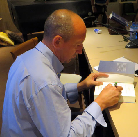 José M. Martínez firmando su libro.
