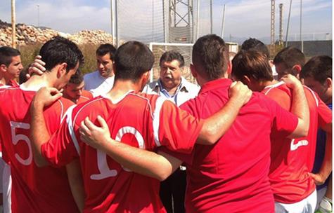 El presidente del Castellnovo C.F. (Ramón Ponce) felicita al equipo.