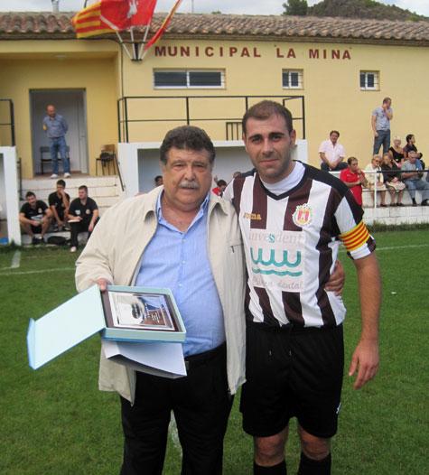Ramón Ponce (Presidente) entrega una placa a Francisco Gázquez