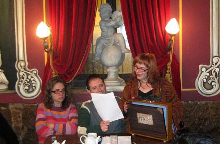 Hermelinda Rasal, poeta y actriz, leyendo sus poemas