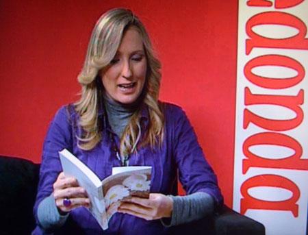 Silvia Costa entrevistando al autor de Huevos Fritos