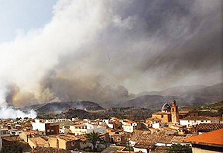 El fuego a las puertas de Soneja (Castellón)