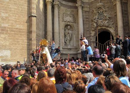 Virgen entrado de espaldas a la Catedral