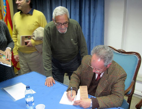 Antonio Prima firmando su libro