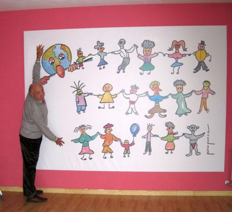 """Francisco Ponce abrazando el mural de la """"lluna"""""""